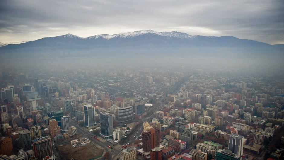 Imagen de archivo de la contaminación en Santiago de Chile. Año 2015. (Crédito: MARTIN BERNETTI/AFP/Getty Images)