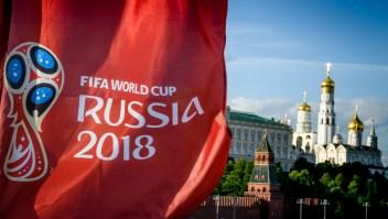 Bandera del Mundial de Rusia frente al Kremlin, en Moscú. El 30 de mayo de 2018. (Crédito: ANTONOV/AFP/Getty Images)