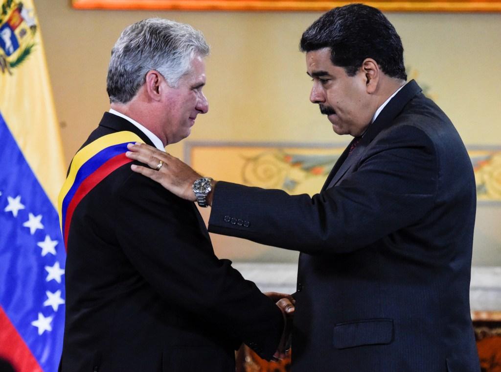 Miguel Díaz Canel se puso la banda presidencial venezolana durante una visita a Nicolás Maduro el 30 de mayo de 2018. (Crédito: JUAN BARRETO/AFP/Getty Images)