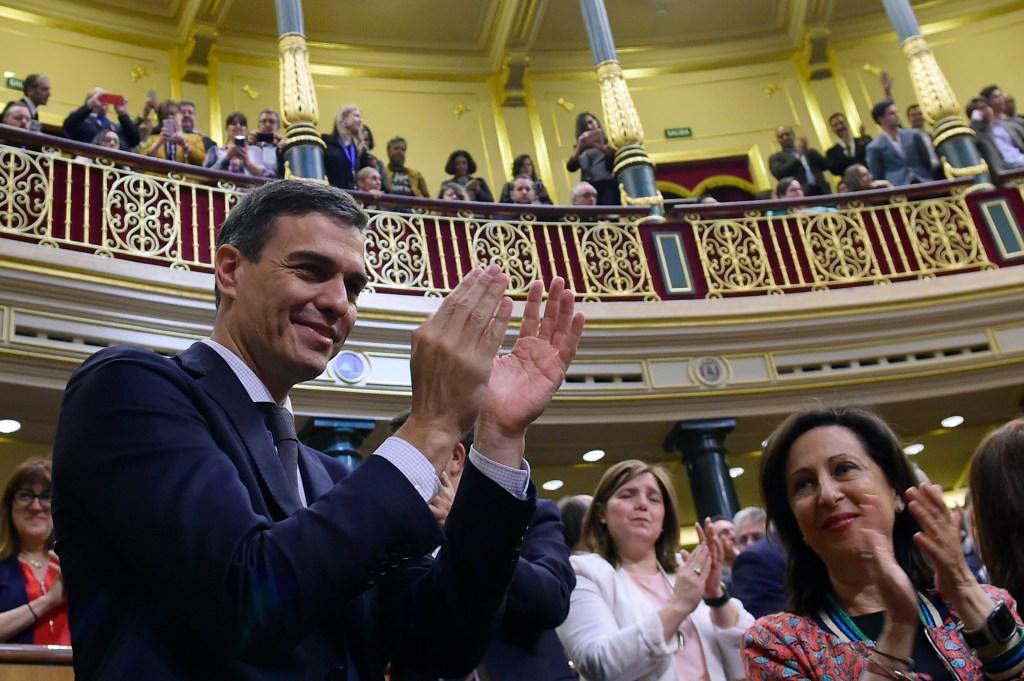 Alegría de Pedro Sánchez tras ser nombrado presidente del Gobierno en España. (Crédito: PIERRE-PHILIPPE MARCOU/AFP/Getty Images)