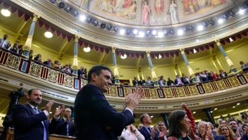 Pedro Sánchez recibe el aplauso del Congreso de los Diputados de España tras ganar la moción de censura contra Mariano Rajoy y convertirse en presidente del Gobierno el 1 de junio de 2018. (Crédito: PIERRE-PHILIPPE MARCOU/AFP/Getty Images)