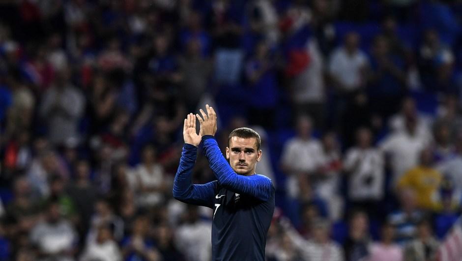 Antoine Griezmann es uno de los nueve jugadores del Atlético de Madrid que irán a Rusia 2018. En la imagen, aplaude tras un partido amistoso entre su selección, la de Francia, y Estados Unidos. (Crédito: JEFF PACHOUD/AFP/Getty Images)
