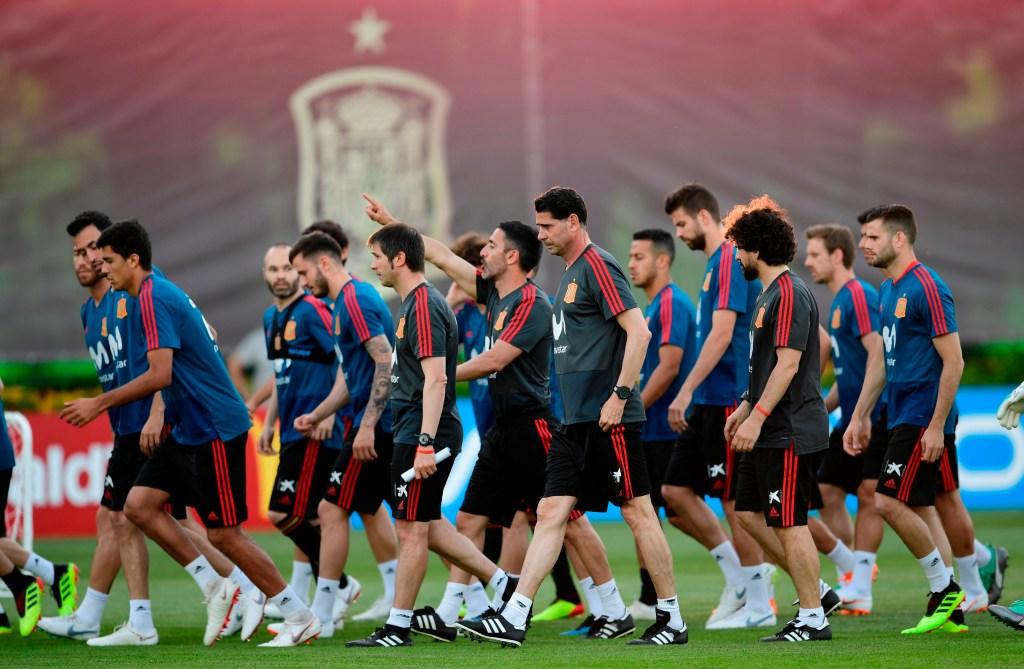 Fernando Hierro en su primer entrenamiento como técnico de la Selección Española de Fútbol este 13 de junio. (Crédito: PIERRE-PHILIPPE MARCOU/AFP/Getty Images)
