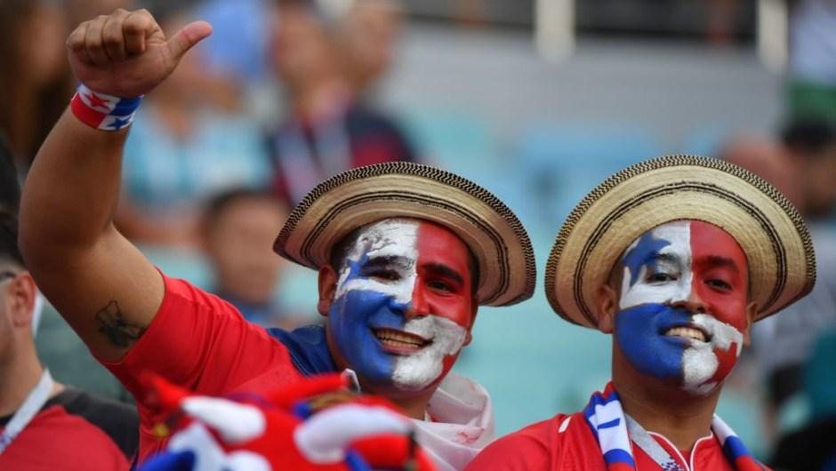 Aficionados de Panamá aplauden antes del partido de fútbol del Grupo G de la Copa Mundial Rusia 2018 entre Bélgica y Panamá en el Estadio Fisht de Sochi el 18 de junio de 2018. Crédito: Nelson Almeida / AFP