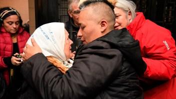 Sasha Sacayán, hermano de Dniana Sacayán, abraza a Nora Cortinas, cofundadora de Madres de la Plaza de Mayo, al conocer la sentencia a cadena perpetua para el asesino de su hermana. (Crédito: LAURA CANO/AFP/Getty Images)