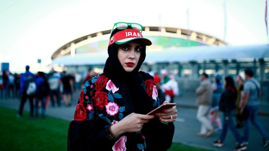 Una fan de Irán a las puertas del estadio en el que su selección se enfrenta con España. (Crédito: BENJAMIN CREMEL/AFP/Getty Images)