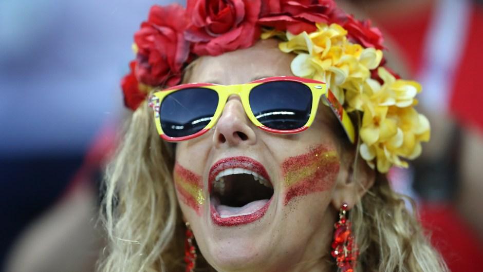 Una mujer apoya a España minutos antes del partido ante Irán. (Crédito: Richard Heathcote/Getty Images)