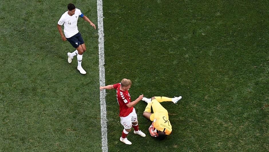 El arquero de Francia, Steve Mandanda, salva el balón en el partido contra Dinamarca. (Crédito: AFP/Getty Images)