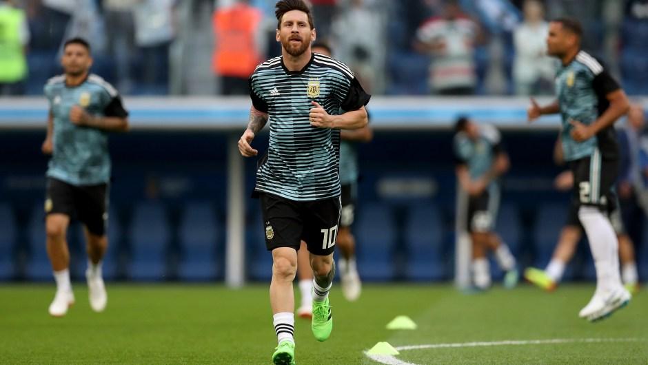 Lionel Messi entrena minutos antes del decisivo partido que enfrenta a Argentina contra Nigeria. (Crédito: Alex Morton/Getty Images)
