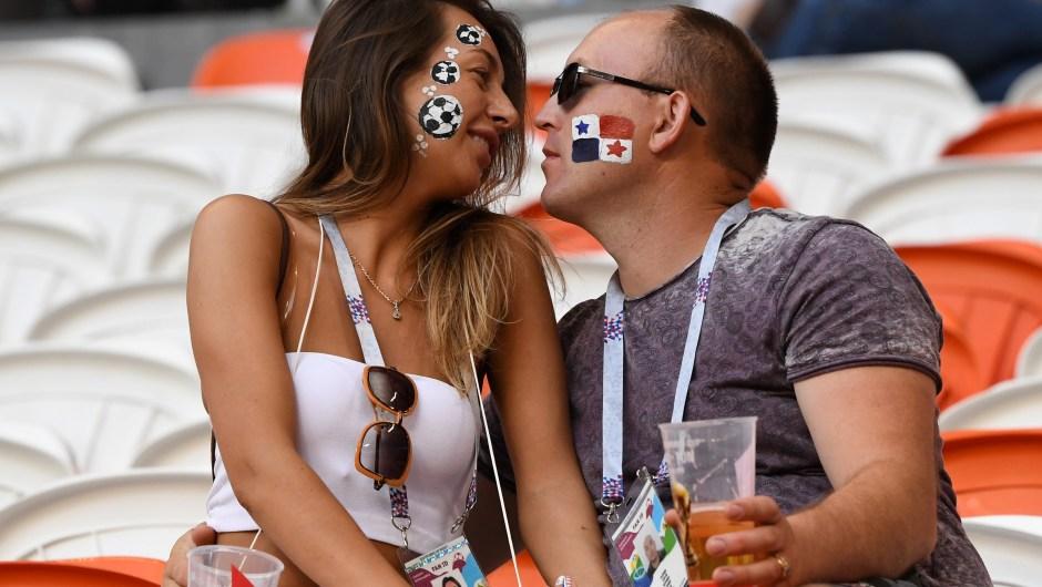Una pareja se besa antes del partido entre Panamá y Túnez. (Crédito: JUAN BARRETO/AFP/Getty Images)