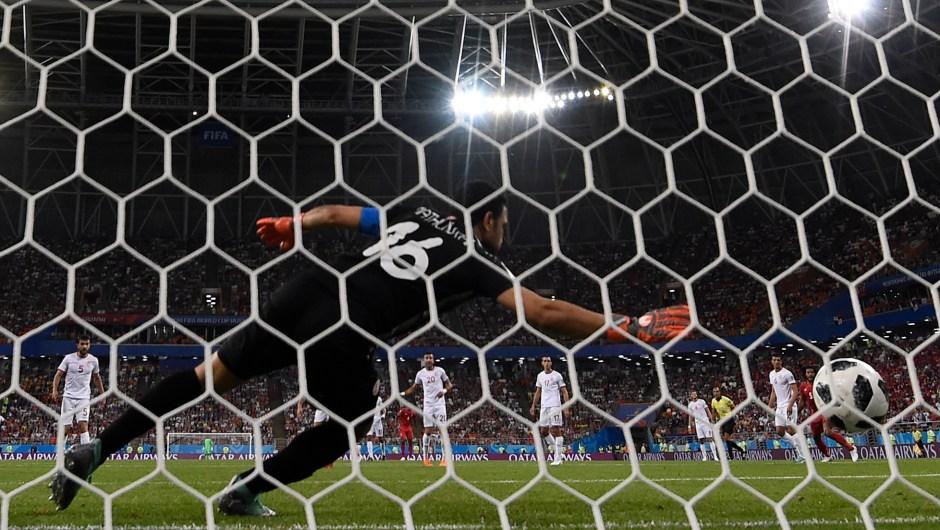 El arquero de Túnez, Aymen Mathlouthi encaja un gol en el partido contra Panamá. (Crédito: JUAN BARRETO/AFP/Getty Images)