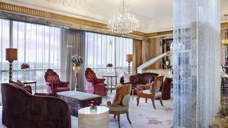 Sala de estar: la 'suite' está llena de paneles de seda pintados a mano, una fuente de agua, un piano de media cola y obras originales de artistas de renombre como Marc Chagall.