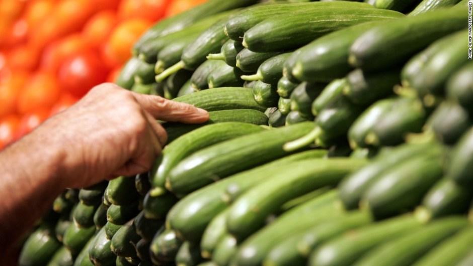 Pepinos: Contienen un 96,7% de agua, lo que lo hace el mayor porcentaje de agua que cualquier alimento sólido. Es un alimento perfecto para ensaladas o tomarlo en tiras con hummus, por ejemplo.