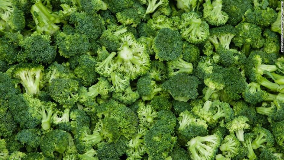 Brócoli: contiene un 90,7% de agua. Como su prima la coliflor, funciona muy bien en ensaladas, aunque su perfil nutricional (fibra, potasio, vitaminas A y C) lo hacen mejor.