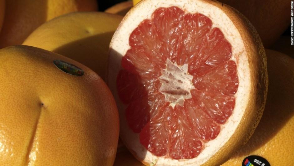 Pomelo: contiene un 90,5% de agua. Esta fruta cítrica ayuda a bajar el colesterol y a reducir la cintura. También ayuda a estabilizar el nivel de azúcar en sangre, según investigadores.