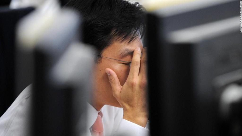 Trabajador delante de ordenador en Corea del Sur