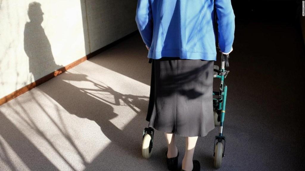 Mujer mayor, anciana, vejez, demencia, alzheimer