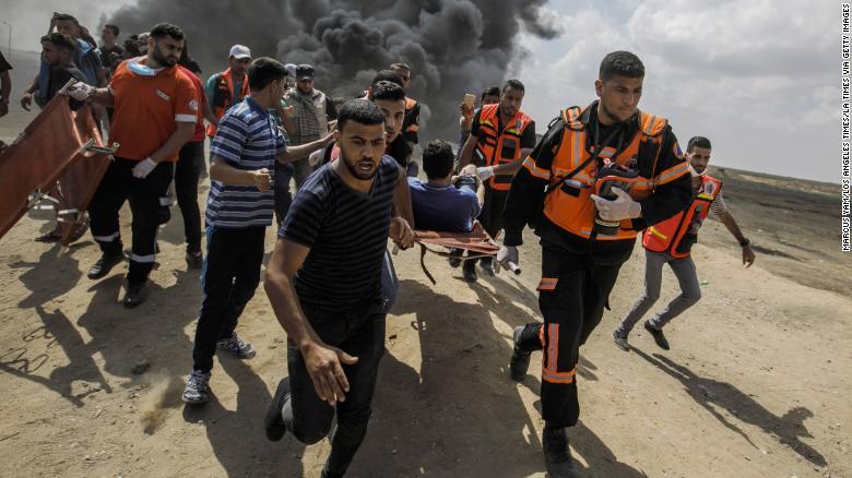 Las unidades médicas se llevan a un palestino herido durante una protesta en la valla de Gaza el 14 de mayo (Crédito: Marcus Yam / Los Angeles Times)