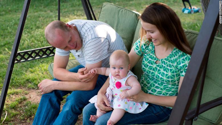El oficial de policía Ryan Holets y su esposa, Rebecca, adoptaron al bebé de Champ. La bebé Hope está empezando a comunicarse y darse la vuelta.