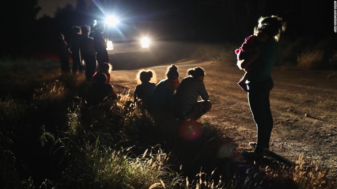 Agentes descubren a inmigrantes entrando ilegalmente en Estados Unidos en junio de 2018.