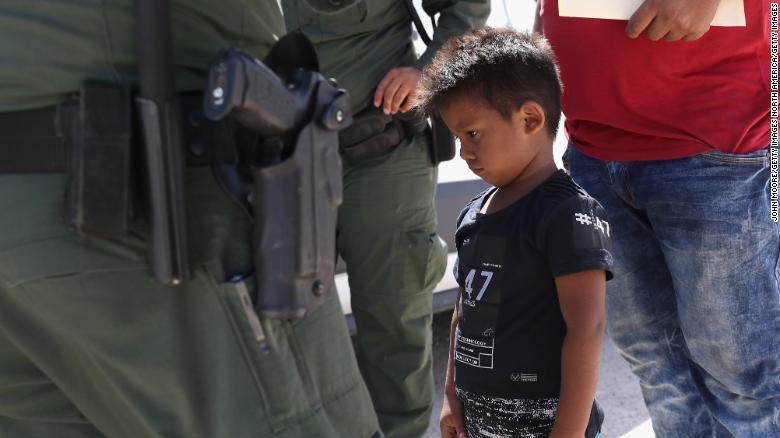 Un niño y un padre hondureños que buscan asilo en EE. UU. fueron detenidos por la Patrulla Fronteriza de EE. UU. en junio.