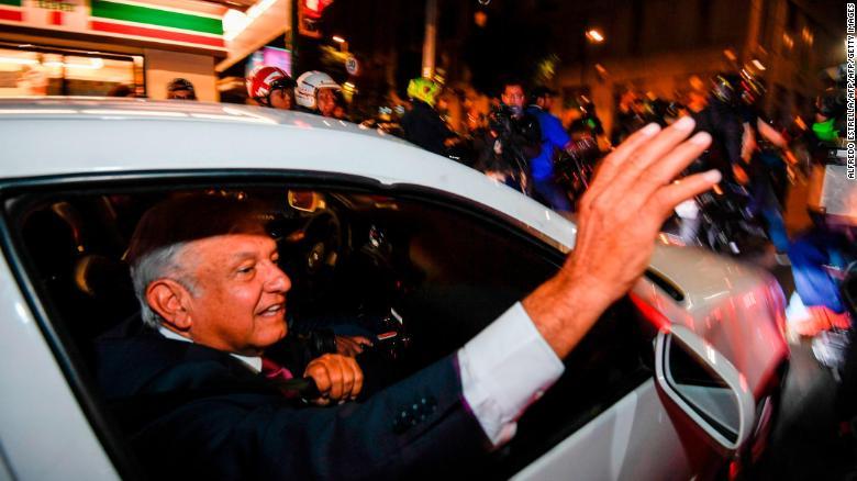 Andrés Manuel López Obrador saluda a sus seguidores después de su aplastante victoria.