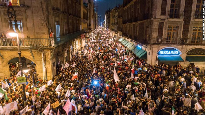 Los partidarios de Andrés Manuel López Obrador celebran en la plaza Zócalo en la Ciudad de México.