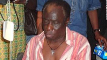 Pa Michael Obi, padre del futbolista John Mikel Obi, después de ser liberado de sus secuestradores en 2011.