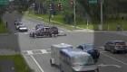 Video: una mujer que cae de un vehículo en movimiento