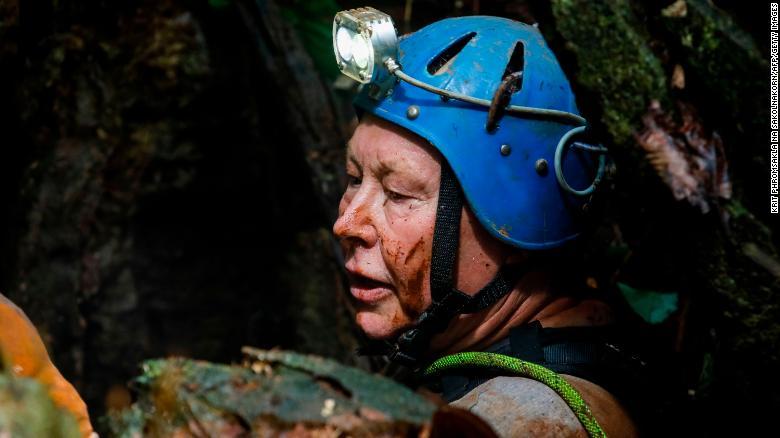 El buceador británico Robert Charles Harper explora una abertura en la montaña en la operación de rescate.