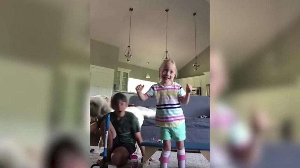 Los primeros pasos de una niña de 4 años con parálisis cerebral