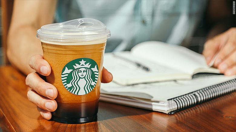 Las nuevas tapas de los vasos de Starbucks no requieren pajillas.