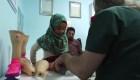 Médicos dan piernas ortopédicas a niña siria refugiada