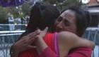 Madre inmigrante llora al reunirse con su hija tras un mes separadas
