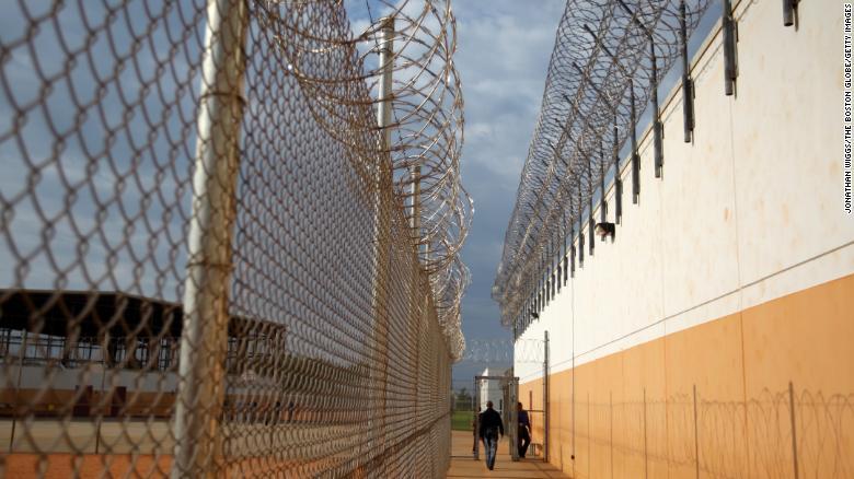 El Servicio de Inmigración y Control de Aduanas de los Estados Unidos dice que Efrain de la Rosa fue encontrado muerto en su celda del centro de detención Stewart.