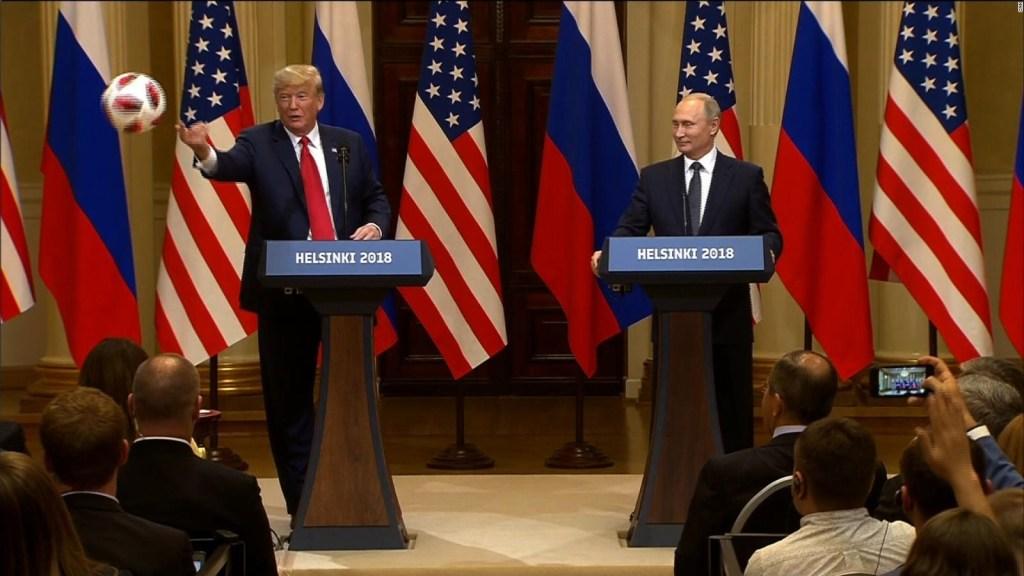 Trump le lanza a Melania el balón de fútbol que le regaló Putin