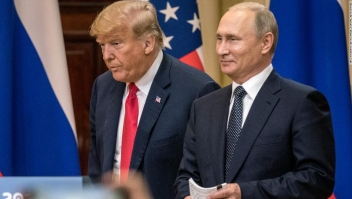 Donald Trump y Vladimir Putin durante la conferencia de prensa en Helsinki, Finlandia, tras la reunión entre ambos líderes el lunes. (Crédito: Chris McGrath/Getty Images)