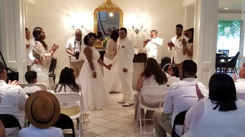 Dulce y su marido, Ariel, en su boda en la casa de Strunks.