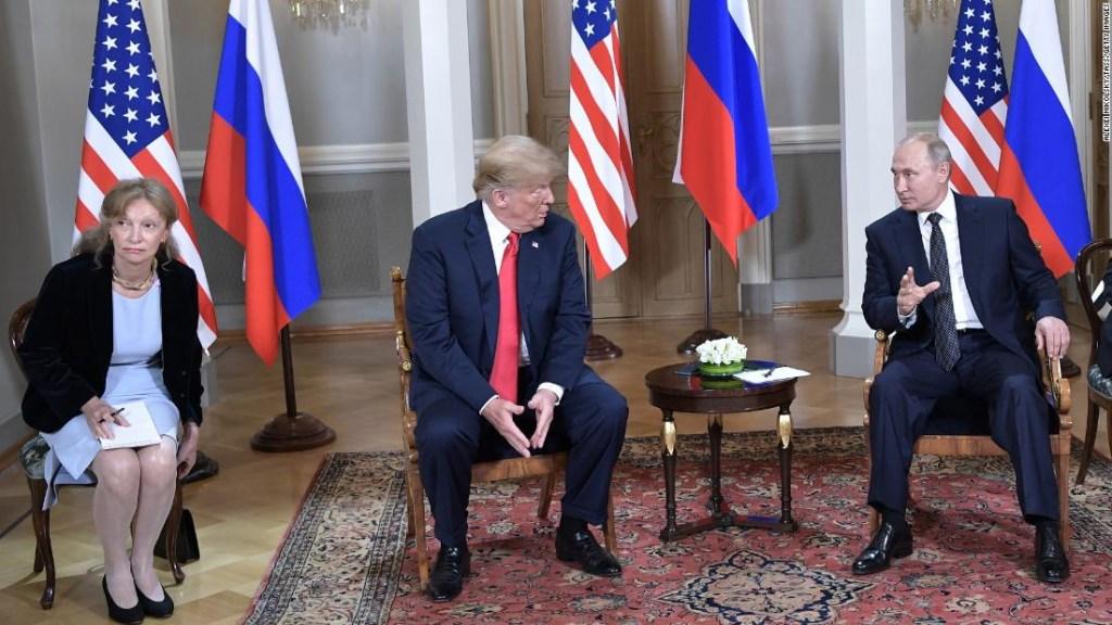 Marina Gross junto a Donald Trump en su reunión con Vladimir Putin en Helsinki, Finlandia.
