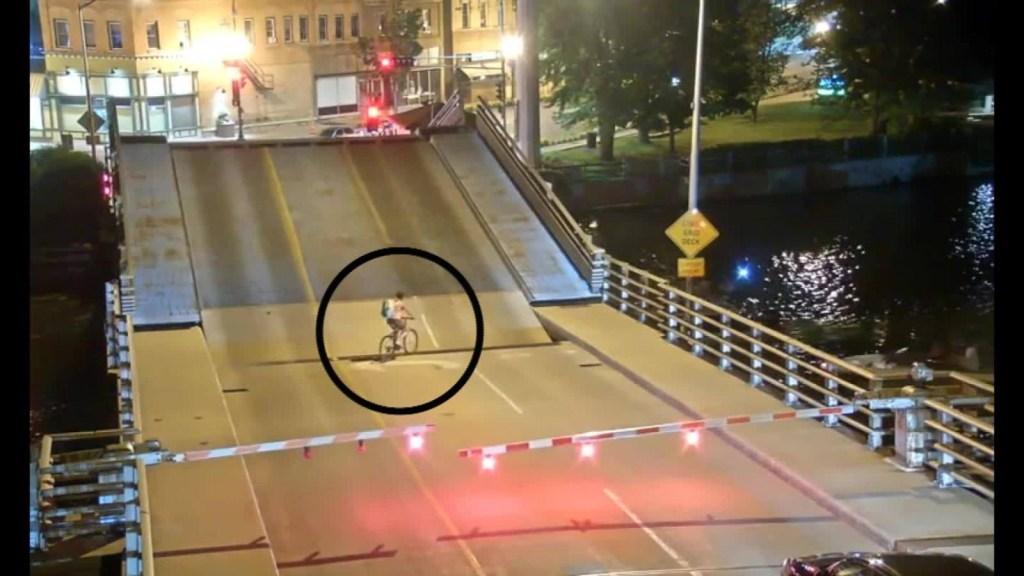 Esto le pasó a una ciclista por no respetar una señal