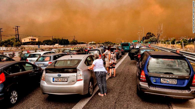 Automóviles se quedan bloqueados en una carretera nacional cerrada durante el incendio forestal de Kineta el lunes. (Crédito: VALERIE GACHE/AFP/Getty Images)