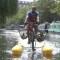 El ciclista flotante que recoge plástico del río