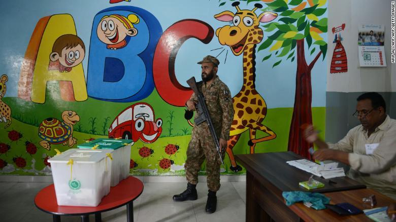 Un soldado paquistaní monta guardia en una mesa de votación.