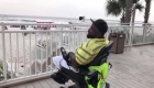 Mira cómo una silla de ruedas especial lleva a este hombre a la playa