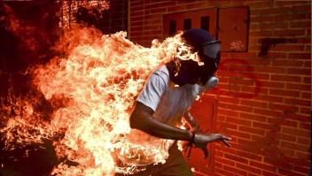 """La historia de la fotografía del """"hombre en llamas"""" en Venezuela"""