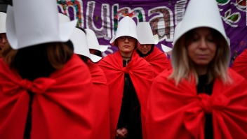 "Visten el uniforme de ""The Handmaid's Tale"" para protestar"