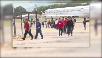 Inmigrante deportado se reúne con su familia en Guatemala