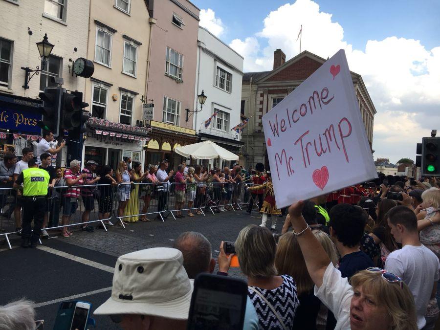 Manifestantes en apoyo a Trump en Windsor. (Crédito: Max Foster)
