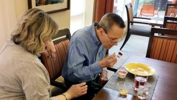 Mujer ayuda a su marido con alzhéimer. (Crédito: KHN)