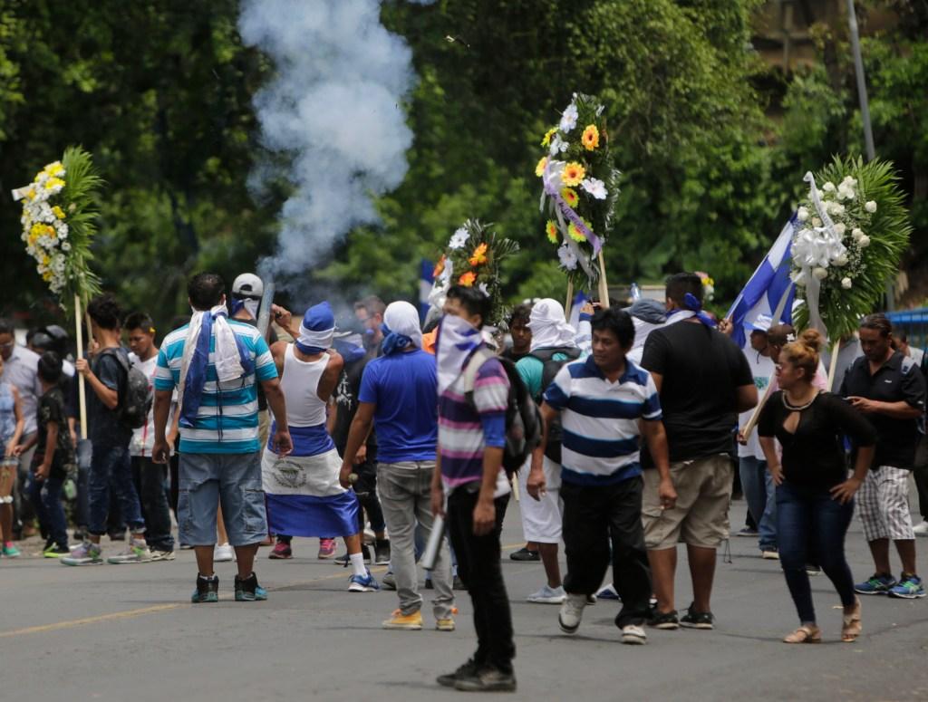 Multitudinario entierro este lunes 16 de julio de uno de los estudiantes muertos durante las manifestaciones contra grupos del Gobierno. (Crédito: INTI OCON/AFP/Getty Images)